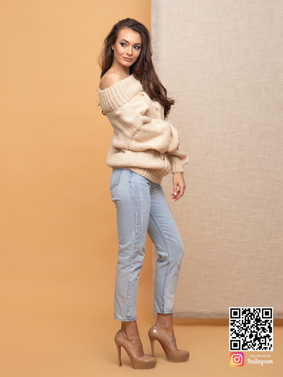На третьей фотографии женский элегантный свитер бежевого цвета от Shapar, бренда вязаной одежды ручной работы в интернет-магазине связанных спицами вещей.