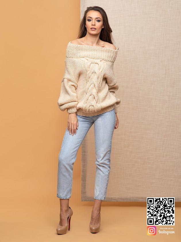 На фотографии женский элегантный свитер от Shapar, бренда вязаной одежды ручной работы в интернет-магазине связанных спицами вещей.