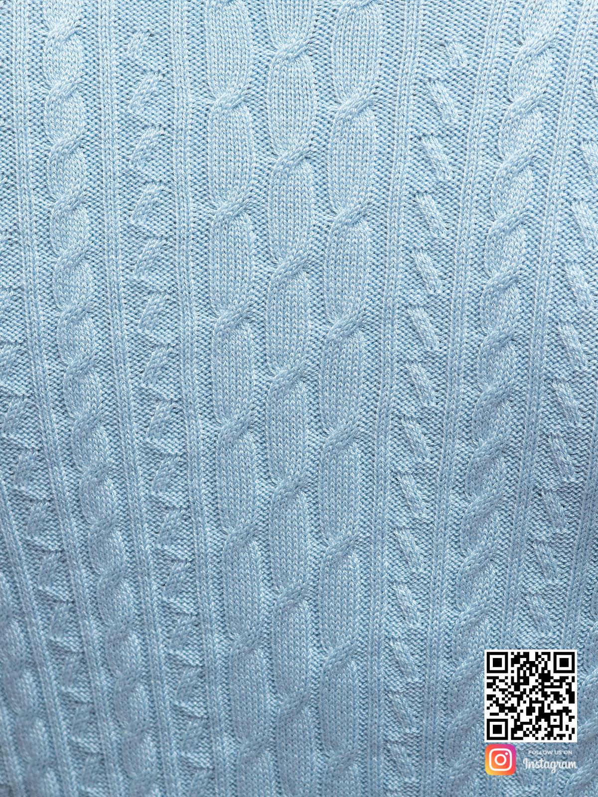 На четвертой фотографии голубое трикотажное платье крупным планом от Shapar, бренда вязаной одежды ручной работы в интернет-магазине связанных спицами вещей.