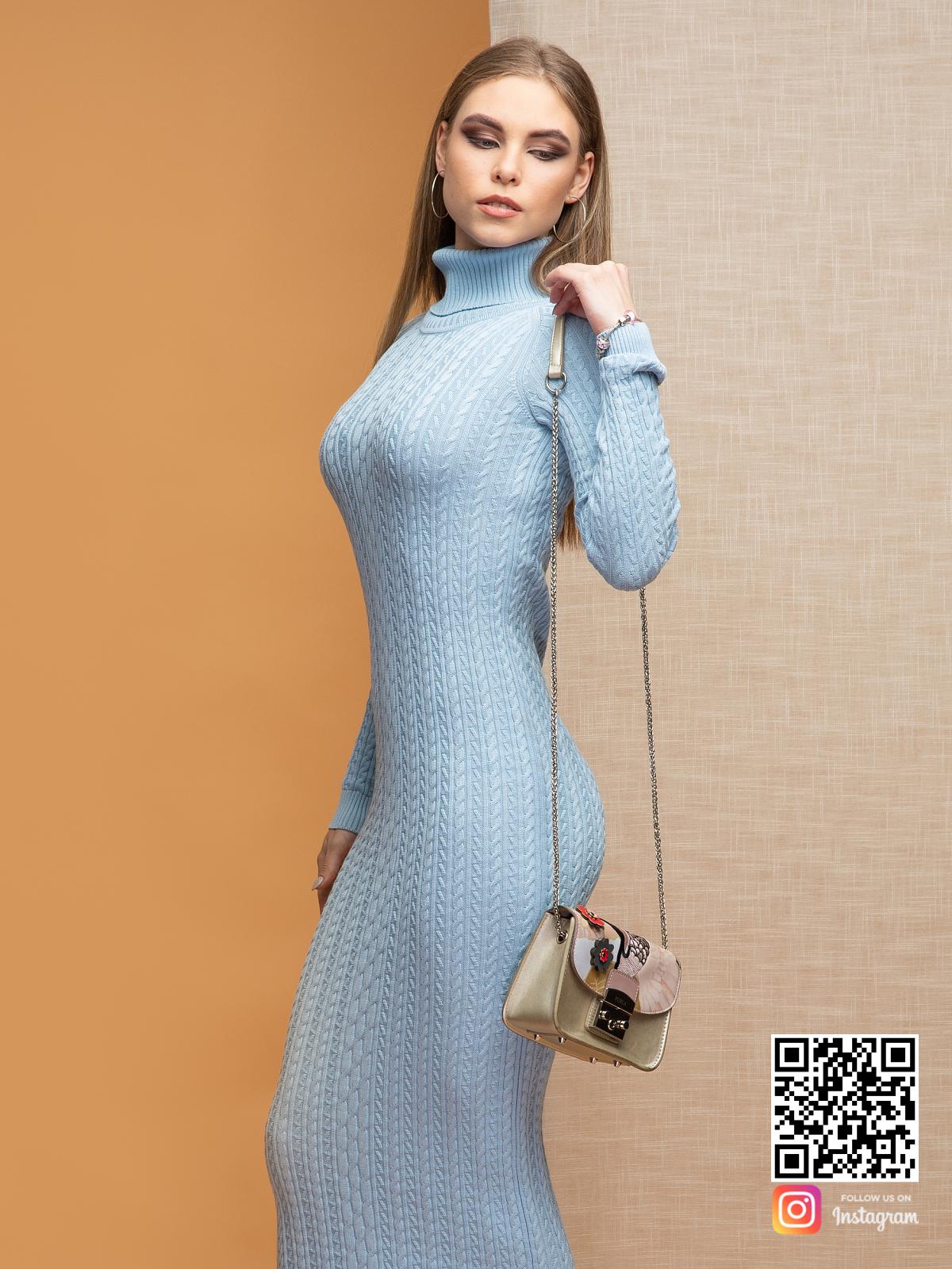 На пятой фотографии вязаное нежно-голубое трикотажное платье с воротником стойкой от Shapar, бренда женской одежды ручной работы в интернет-магазине связанных спицами вещей.