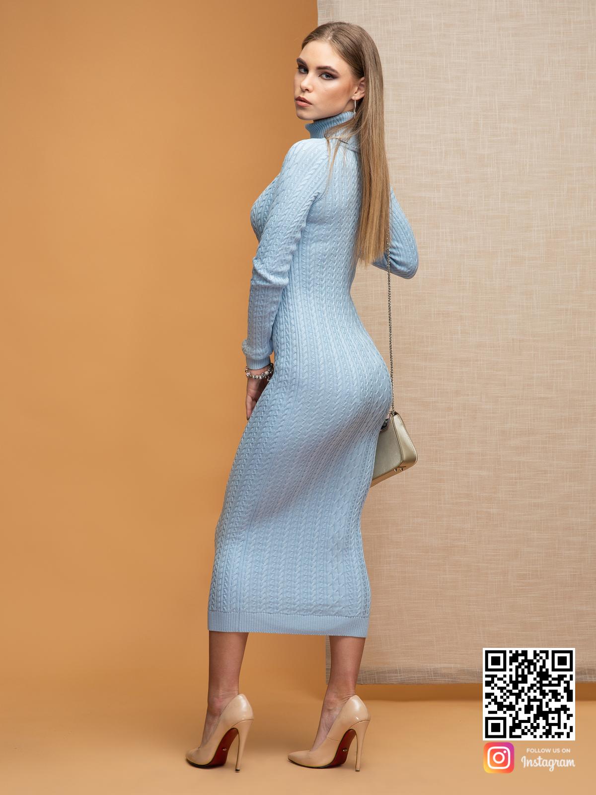 На второй фотографии голубое трикотажное платье со спины от Shapar, бренда вязаной одежды ручной работы в интернет-магазине связанных спицами вещей.