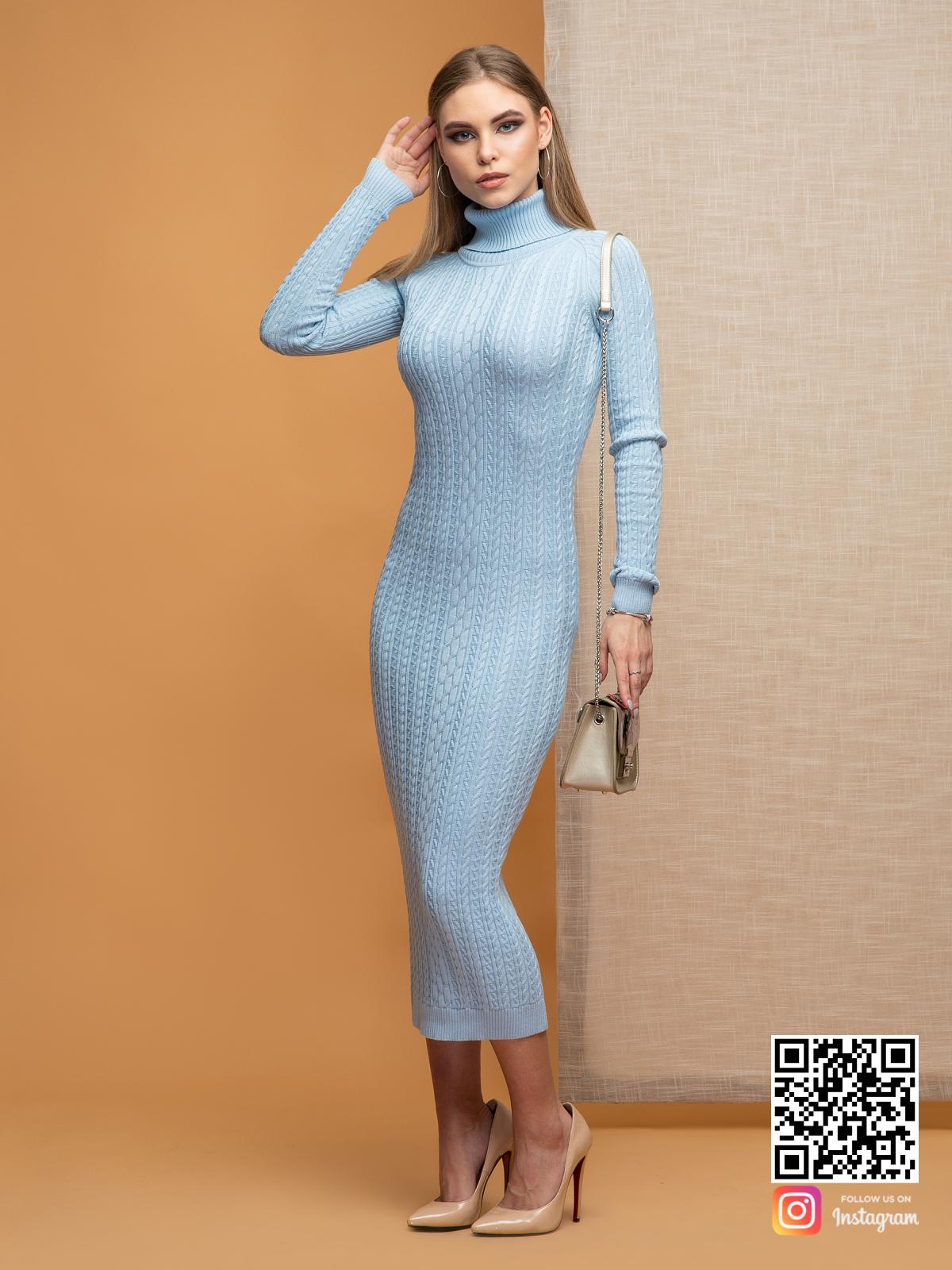 На фотографии голубое трикотажное платье от Shapar, бренда вязаной одежды ручной работы в интернет-магазине связанных спицами вещей.