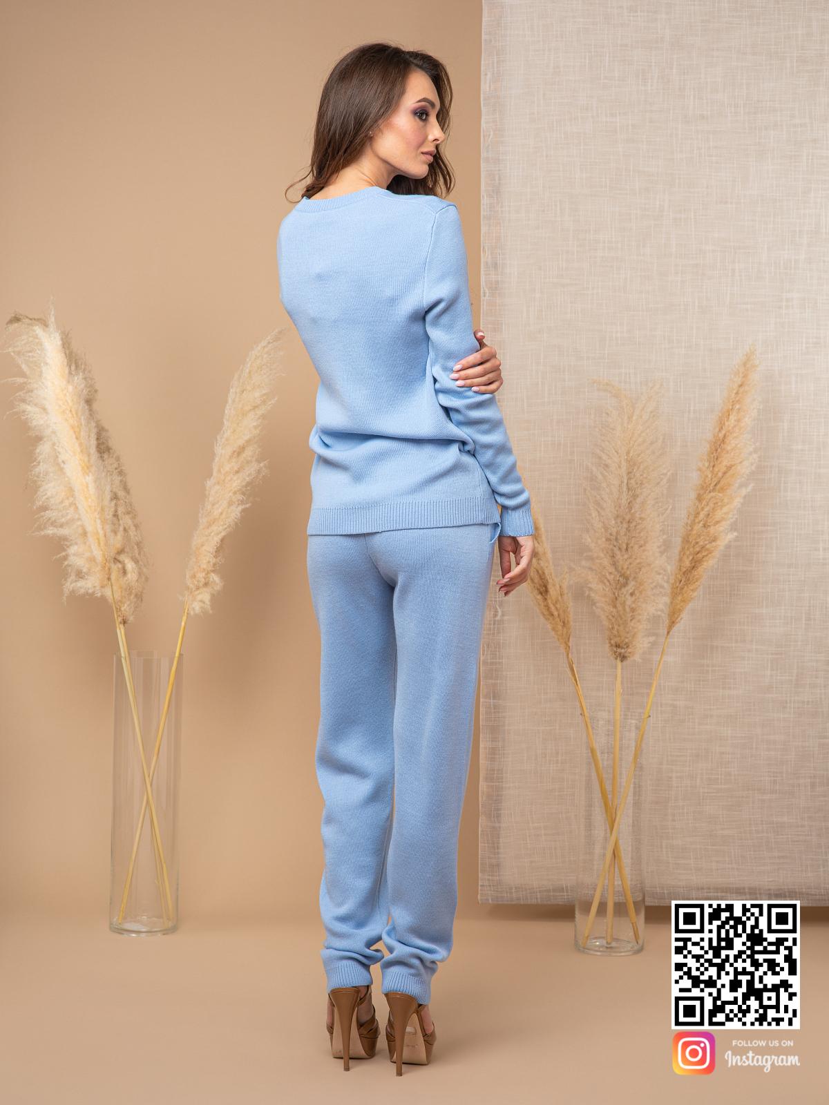 На шестой фотографии стильный голубой брючный костюм женский от Shapar, бренда вязаной одежды ручной работы в интернет-магазине связанных спицами вещей.
