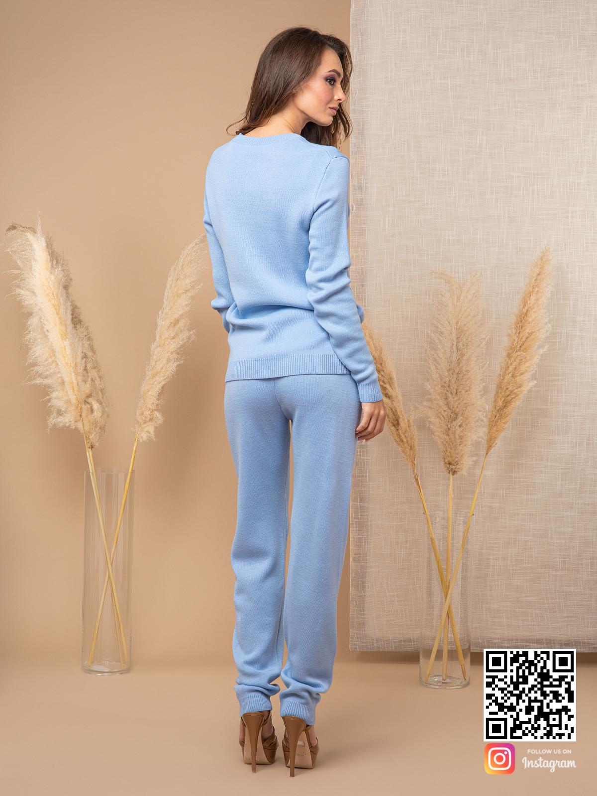 На второй фотографии голубой брючный костюм женский со спины от Shapar, бренда вязаной одежды ручной работы в интернет-магазине связанных спицами вещей.