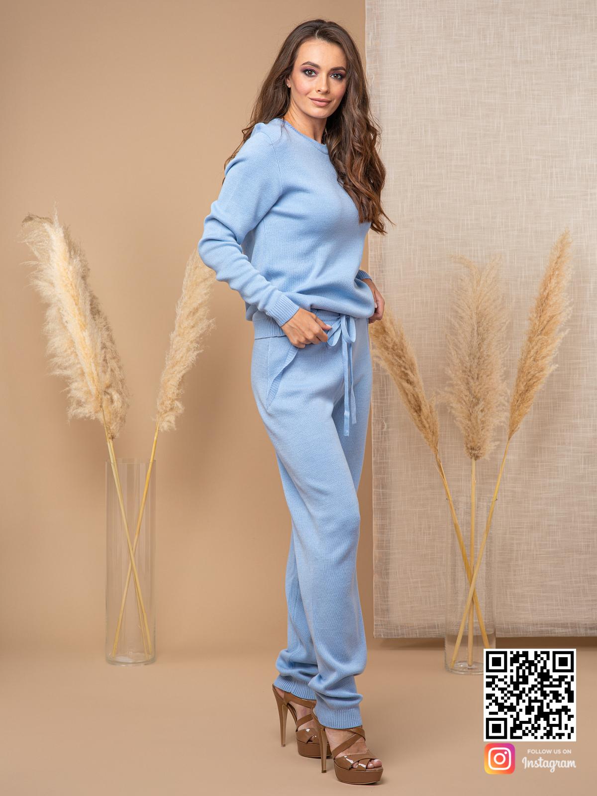 На четвертой фотографии женский костюм с брюками для девушек и женщин от Shapar, бренда вязаной одежды ручной работы в интернет-магазине связанных спицами вещей.