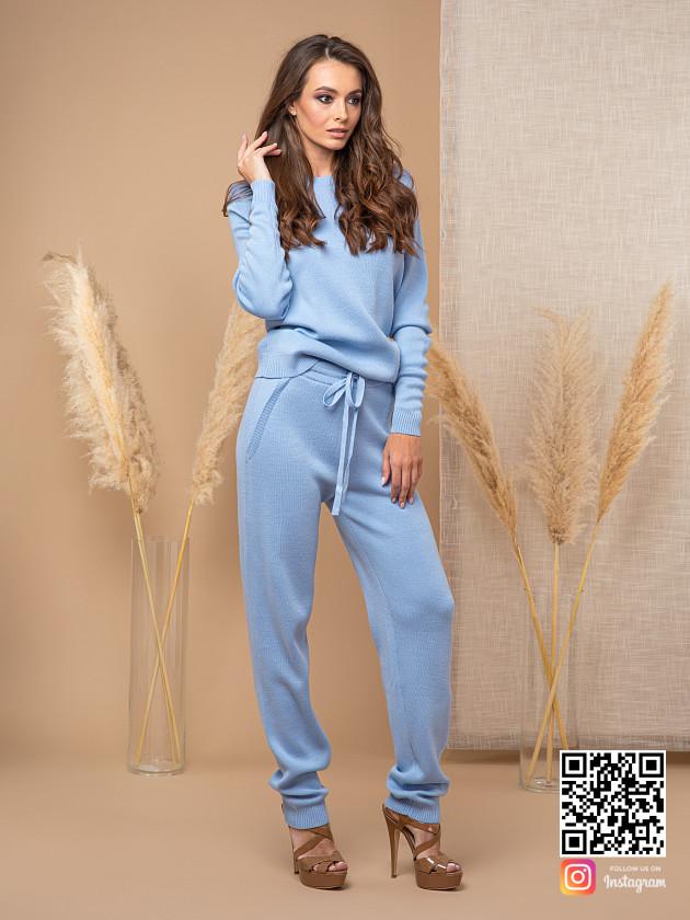 На фотографии голубой брючный костюм женский от Shapar, бренда вязаной одежды ручной работы в интернет-магазине связанных спицами вещей.