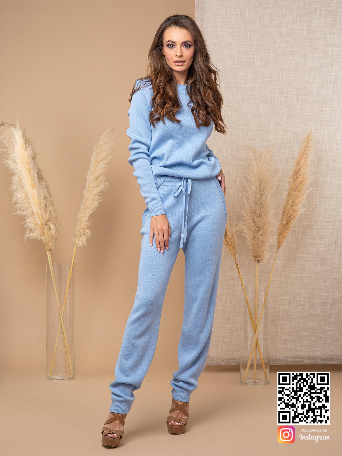 На пятой фотографии модный брючный костюм голубого цвета от Shapar, бренда вязаной одежды ручной работы в интернет-магазине связанных спицами вещей.