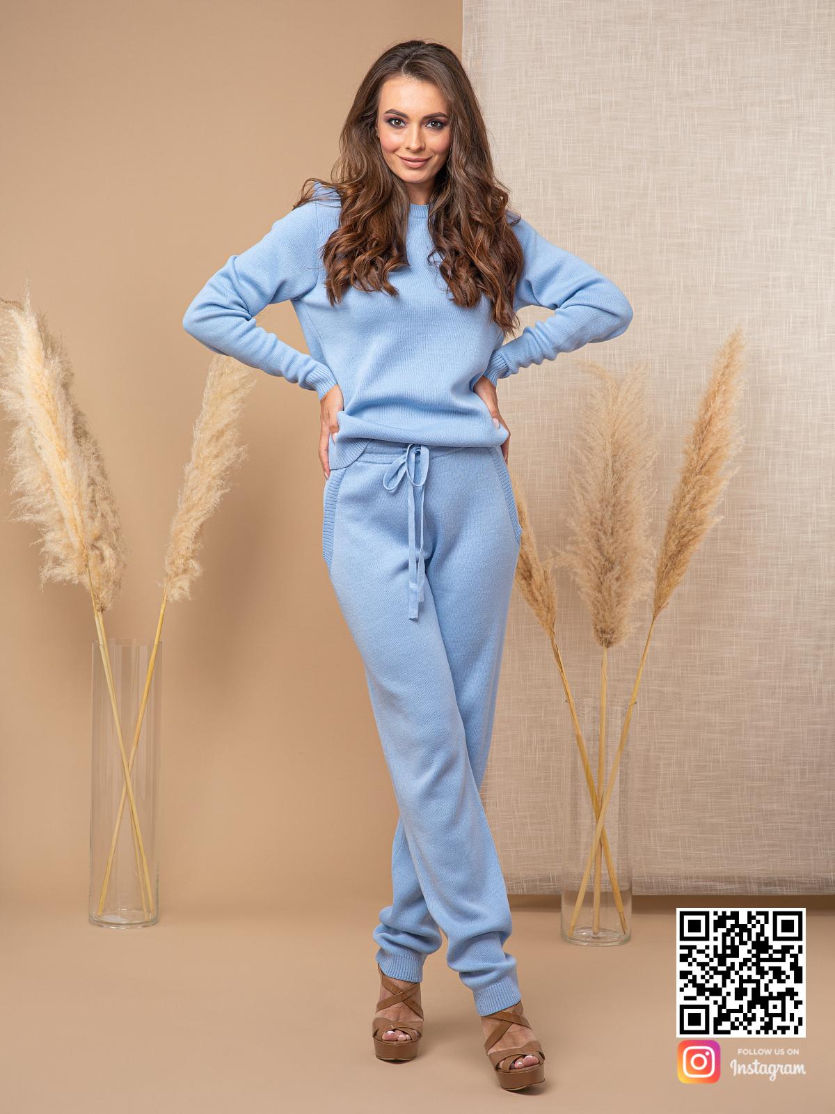На третьей фотографии голубой брючный костюм женский на каждый день от Shapar, бренда вязаной одежды ручной работы в интернет-магазине связанных спицами вещей.