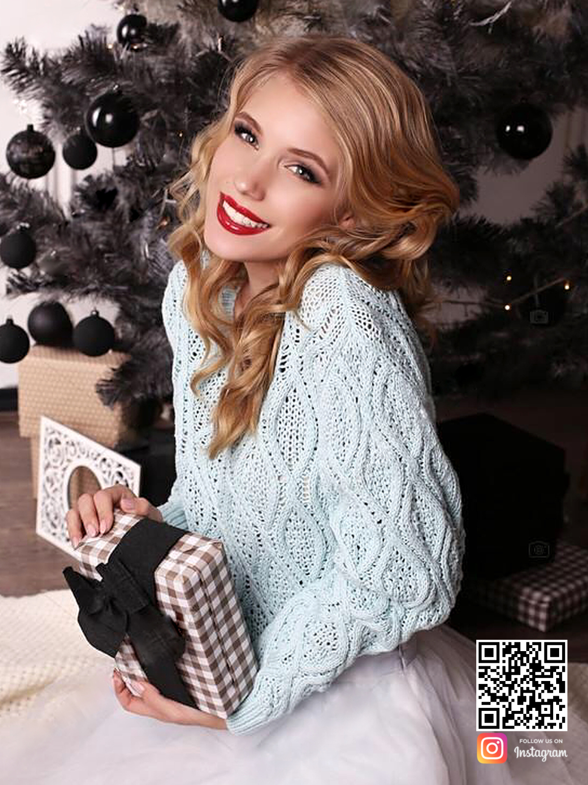 На четвертой фотографии женский джемпер нежно-голубого цвета от Shapar, бренда вязаной одежды ручной работы в интернет-магазине связанных спицами вещей.
