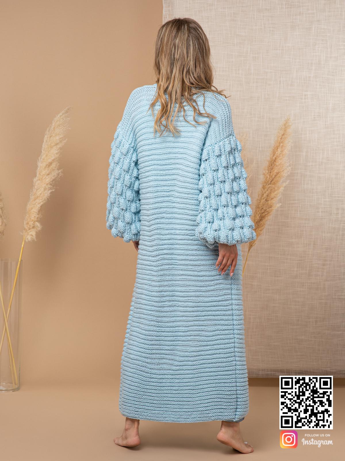 На второй фотографии женский голубой кардиган со спины от Shapar, бренда вязаной одежды ручной работы в интернет-магазине связанных спицами вещей.