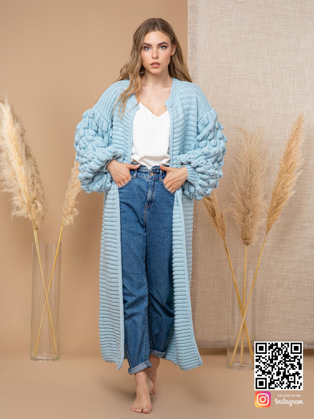 На четвертой фотографии женский голубой кардиган с объемными рукавами от Shapar, бренда вязаной одежды ручной работы в интернет-магазине связанных спицами вещей.