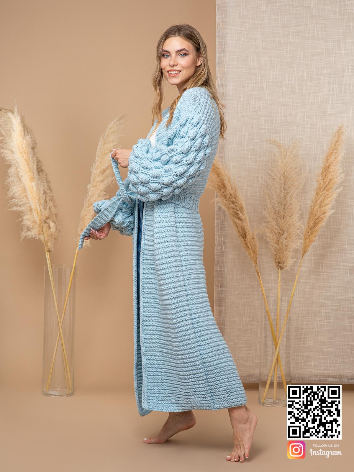 На третьей фотографии женский голубой кардиган с поясом от Shapar, бренда вязаной одежды ручной работы в интернет-магазине связанных спицами вещей.