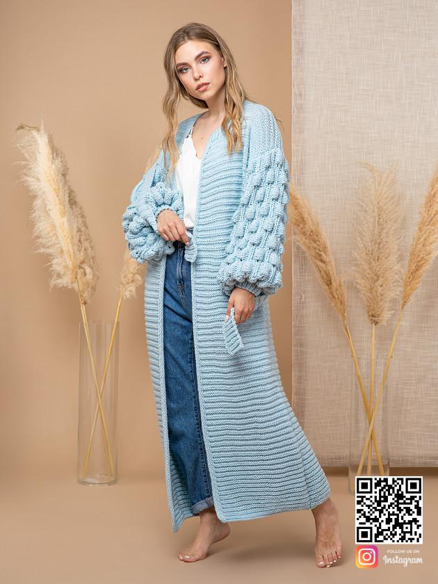 На фотографии женский голубой кардиган от Shapar, бренда вязаной одежды ручной работы в интернет-магазине связанных спицами вещей.