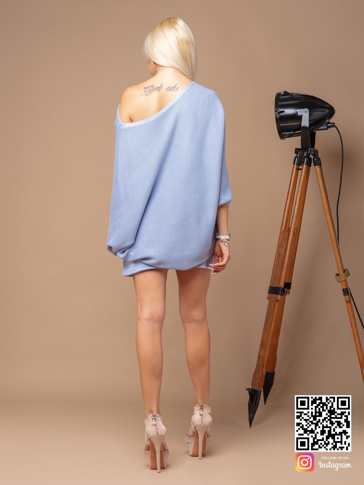 На второй фотографии женский голубой костюм с шортами со спины от Shapar, бренда вязаной одежды ручной работы в интернет-магазине связанных спицами вещей.