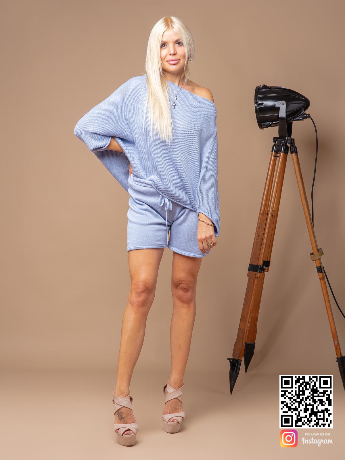 На четвертой фотографии женский голубой костюм с шортами из хлопка от Shapar, бренда вязаной одежды ручной работы в интернет-магазине связанных спицами вещей.