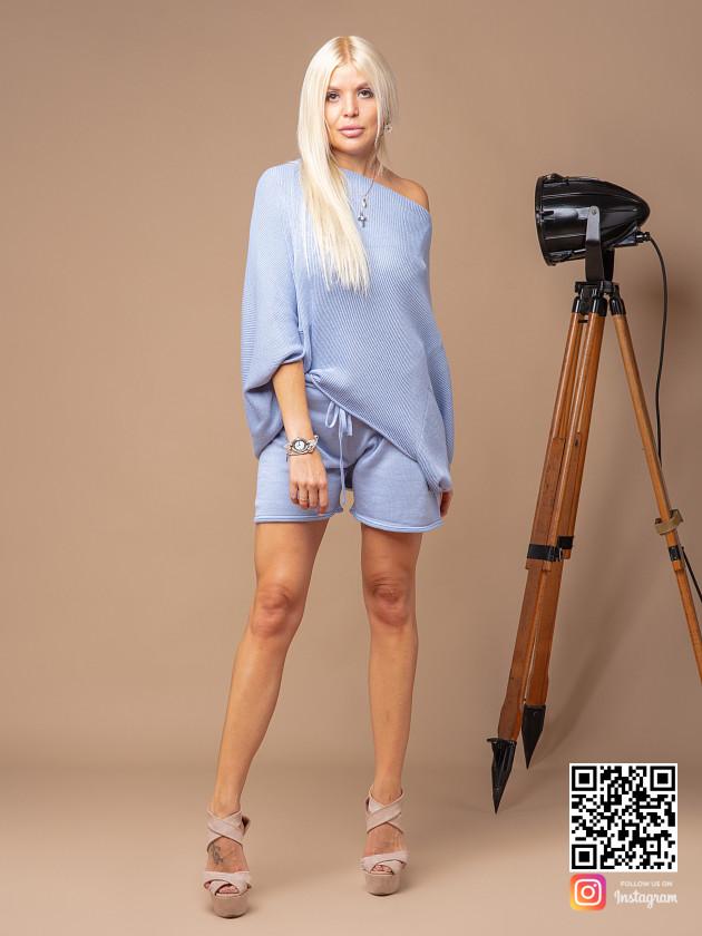 На фотографии женский голубой костюм с шортами от Shapar, бренда вязаной одежды ручной работы в интернет-магазине связанных спицами вещей.