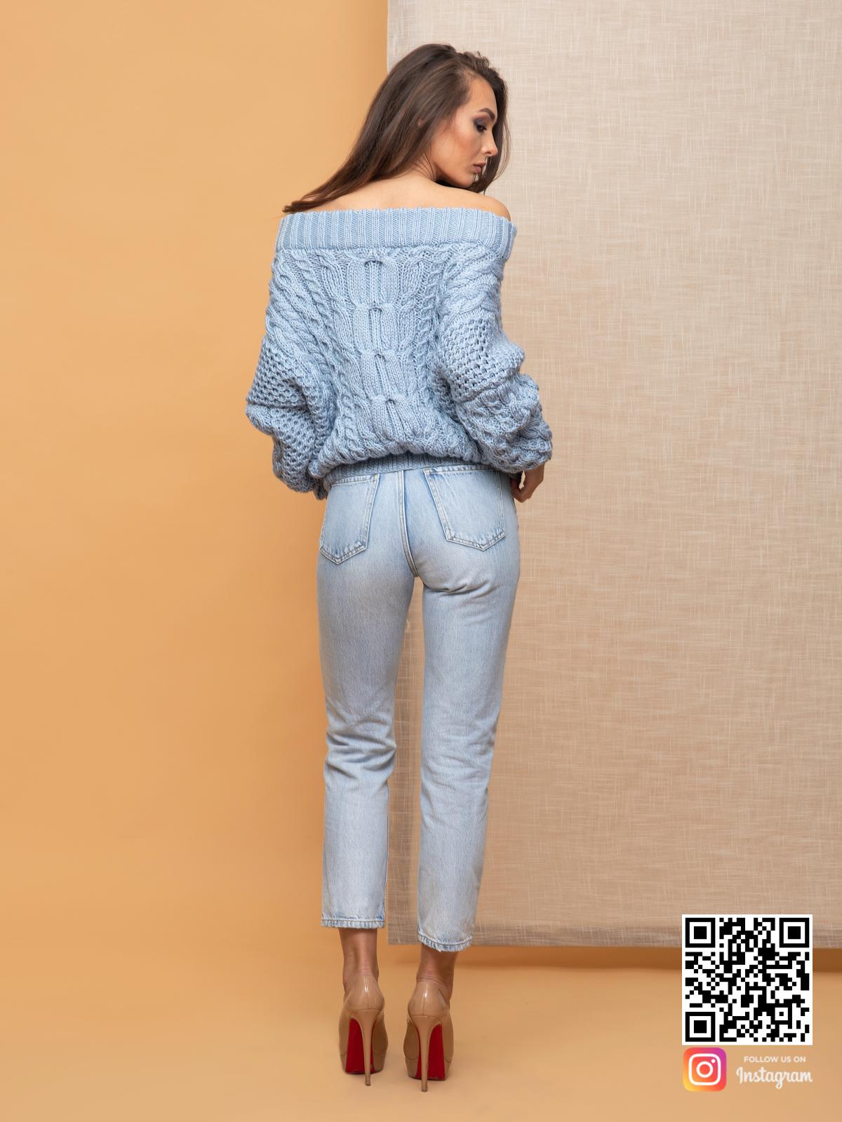 На второй фотографии свитер рубан голубой со спины от Shapar, бренда вязаной одежды ручной работы в интернет-магазине связанных спицами вещей.