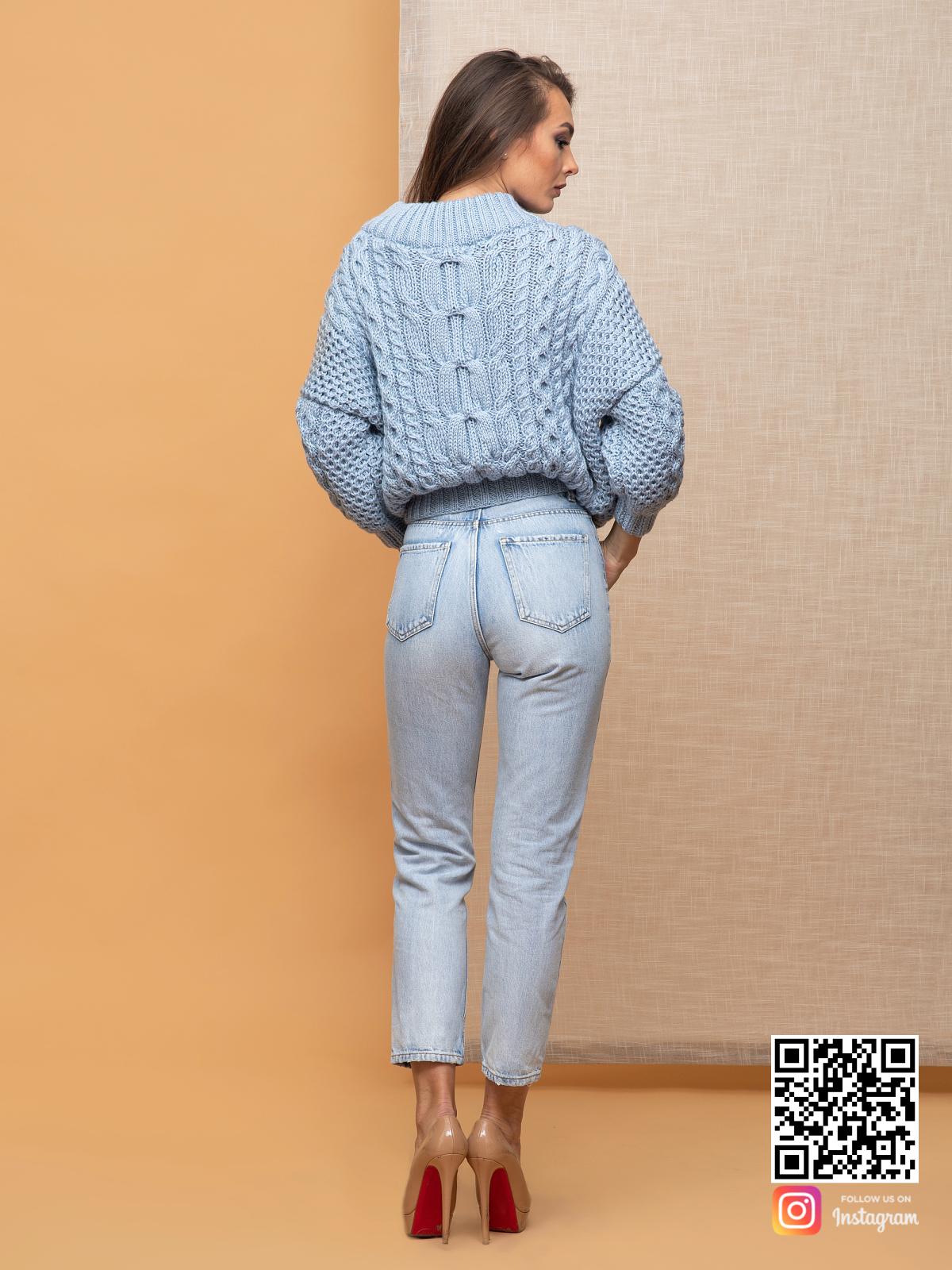 На пятой фотографии шелковый свитер голубой на одно плечо от Shapar, бренда вязаной одежды ручной работы в интернет-магазине связанных спицами вещей.