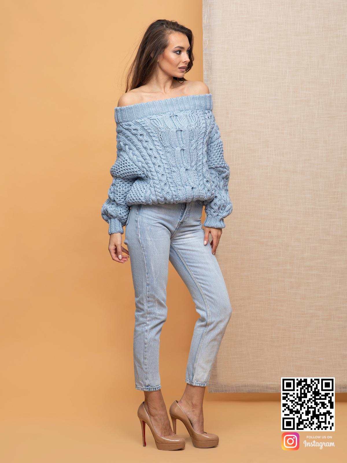 На четвертой фотографии свитер голубой ажурной вязки от Shapar, бренда вязаной одежды ручной работы в интернет-магазине связанных спицами вещей.