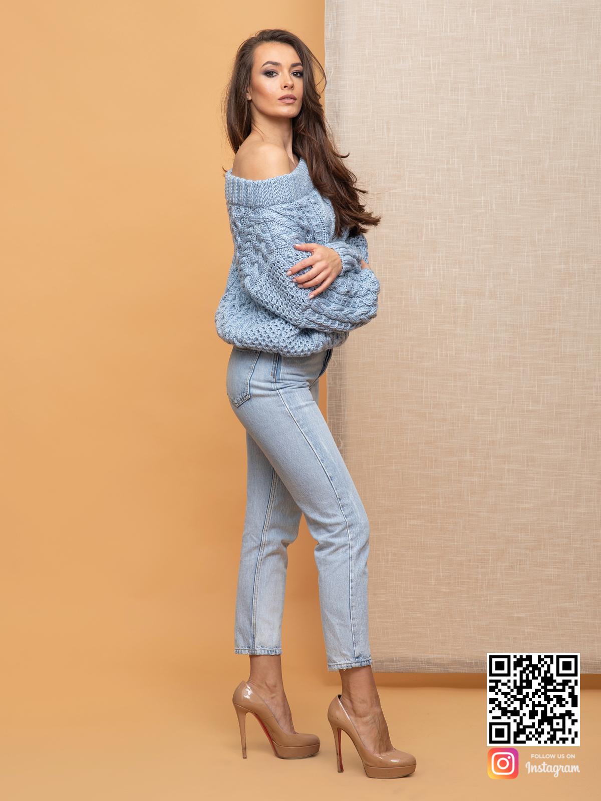 На шестой фотографии женский свитер голубого цвета от Shapar, бренда вязаной одежды ручной работы в интернет-магазине связанных спицами вещей.