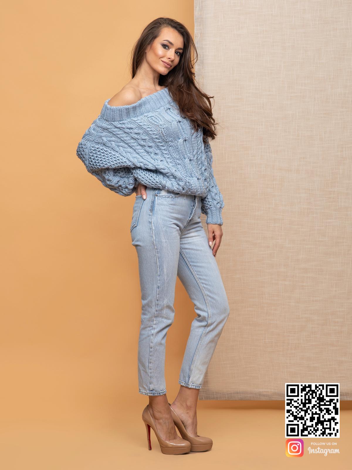 На третьей фотографии объемный свитер голубой с открытыми плечами от Shapar, бренда вязаной одежды ручной работы в интернет-магазине связанных спицами вещей.