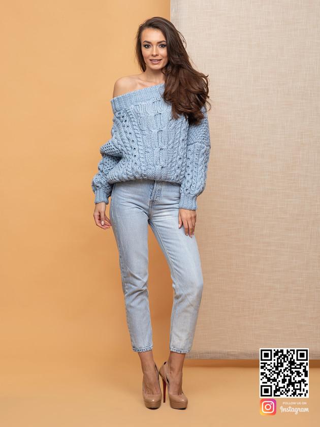 На фотографии женский голубой свитер от Shapar, бренда вязаной одежды ручной работы в интернет-магазине связанных спицами вещей.