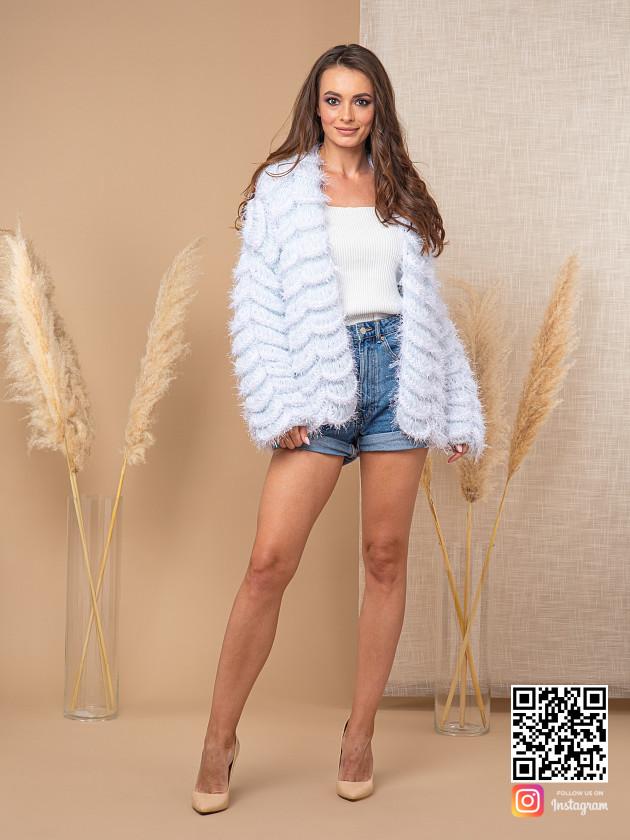 На фотографии женский изысканный кардиган от Shapar, бренда вязаной одежды ручной работы в интернет-магазине связанных спицами вещей.