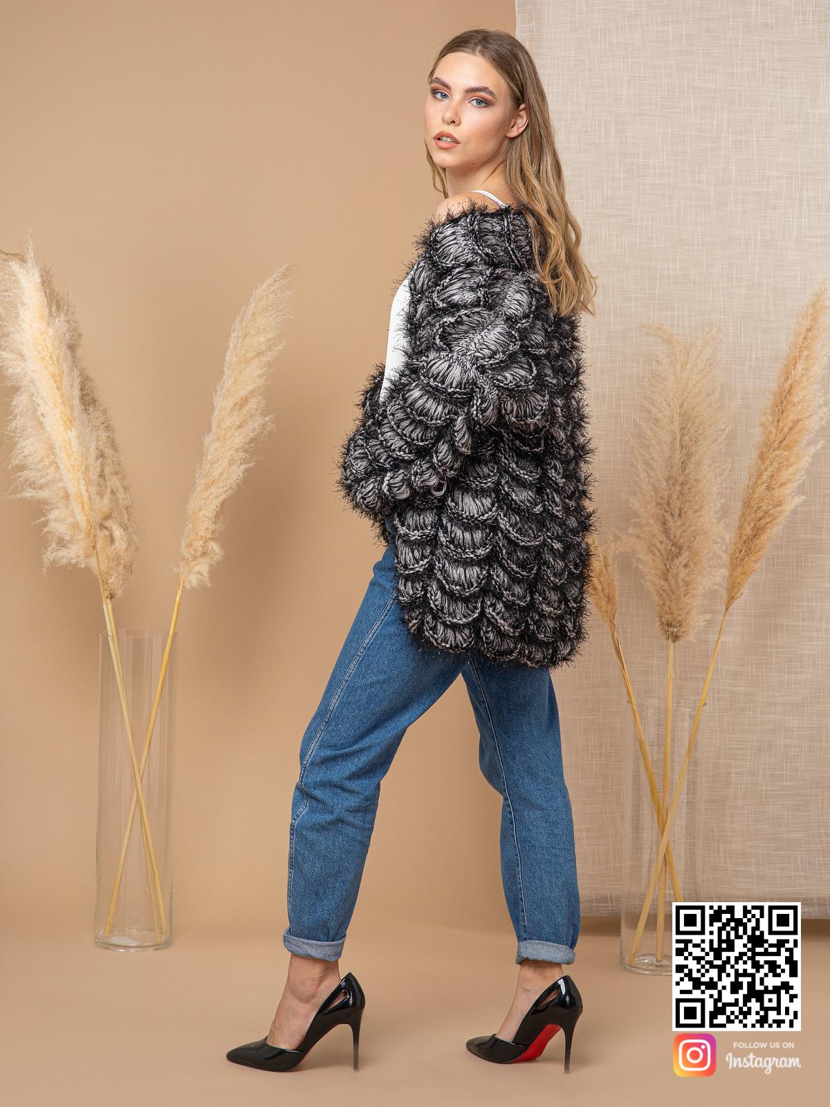 На третьей фотографии короткий кардиган для девушек от Shapar, бренда вязаной одежды ручной работы в интернет-магазине связанных спицами вещей.