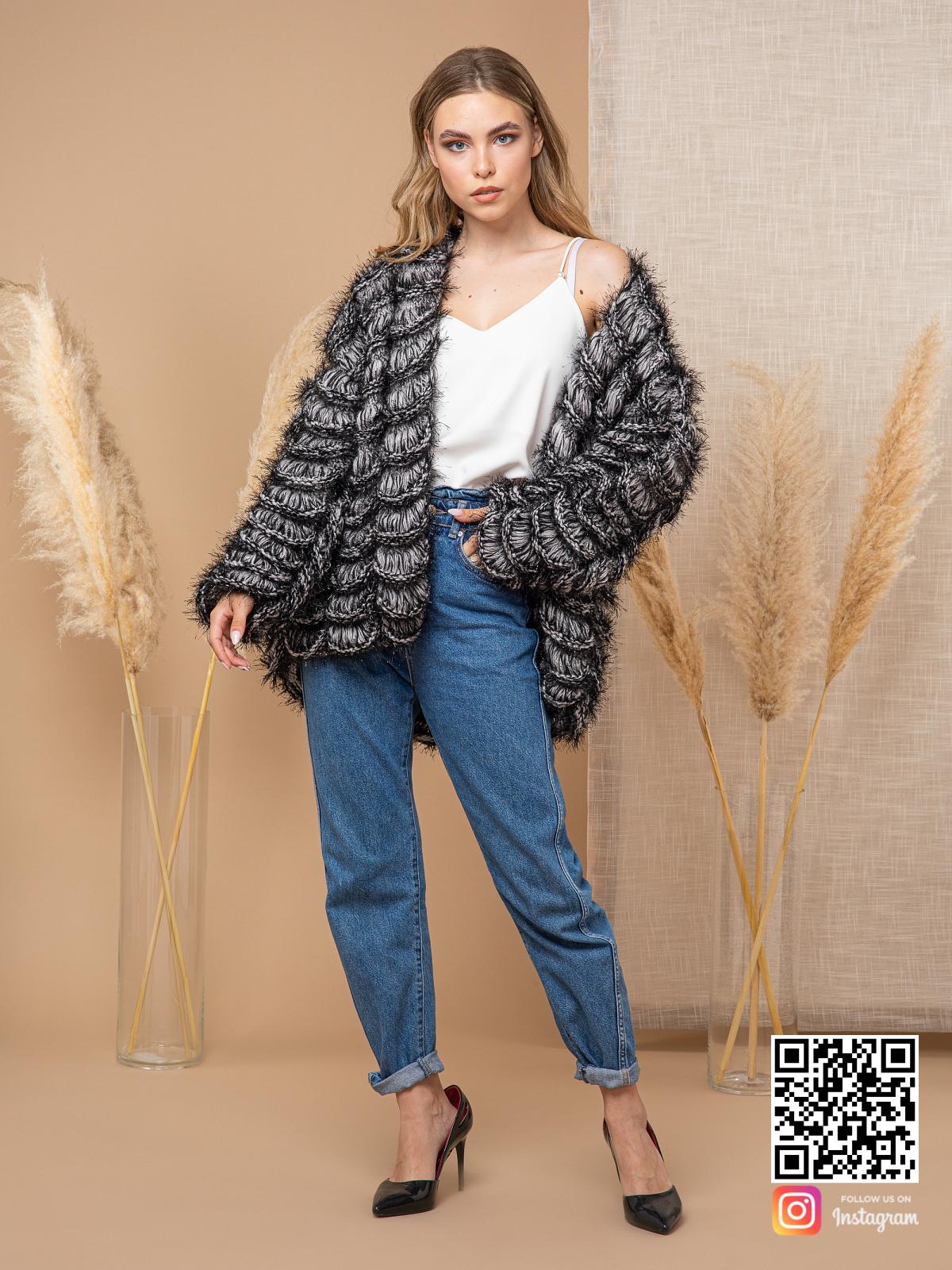 На четвертой фотографии модный кардиган для девушек от Shapar, бренда вязаной одежды ручной работы в интернет-магазине связанных спицами вещей.