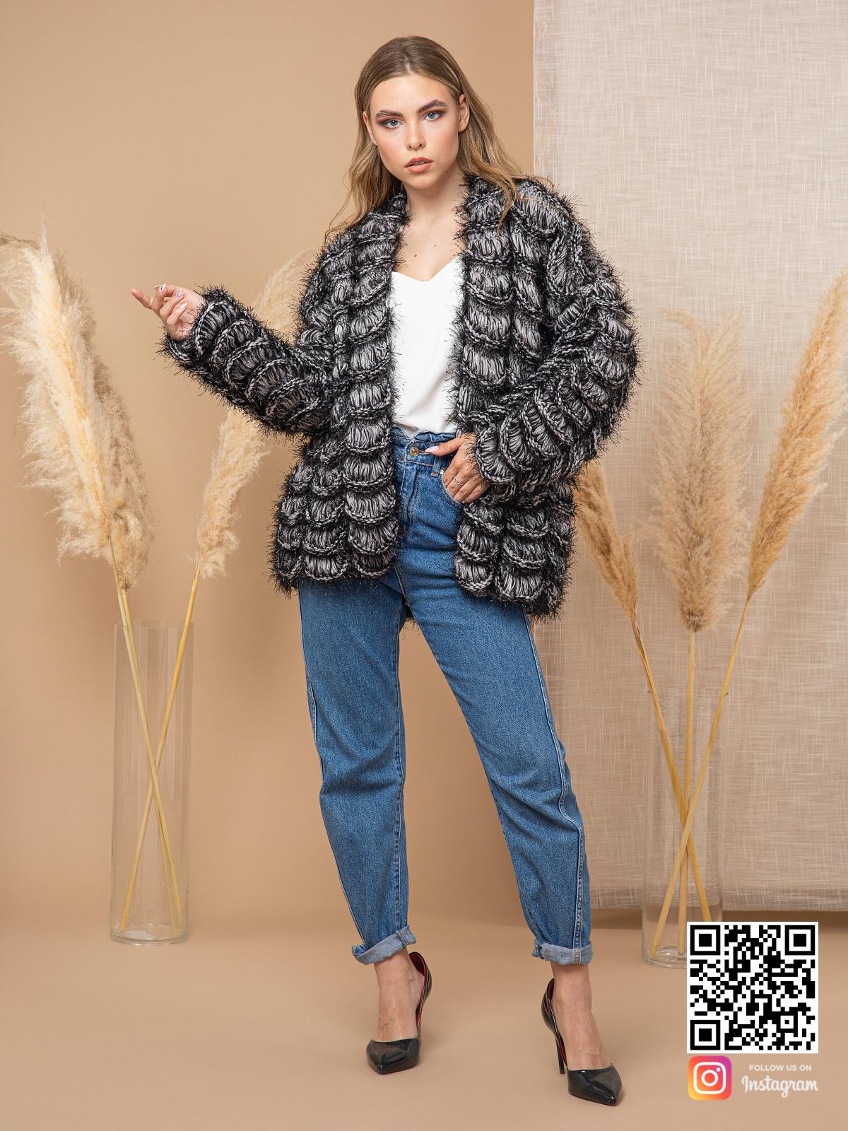 На седьмой фотографии черно-белый кардиган для девушек от Shapar, бренда вязаной одежды ручной работы в интернет-магазине связанных спицами вещей.