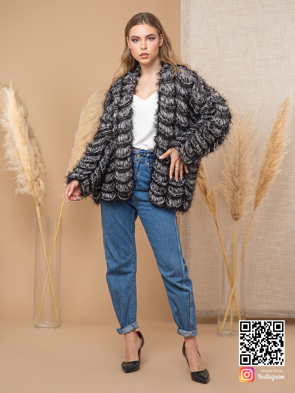 На фотографии кардиган для девушек от Shapar, бренда вязаной одежды ручной работы в интернет-магазине связанных спицами вещей.