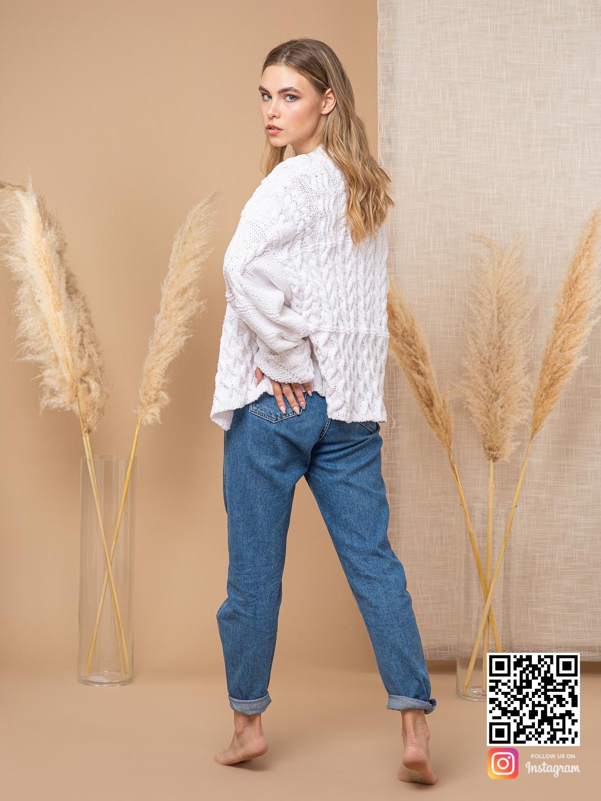 На второй фотографии женский кардиган из хлопка со спины от Shapar, бренда вязаной одежды ручной работы в интернет-магазине связанных спицами вещей.