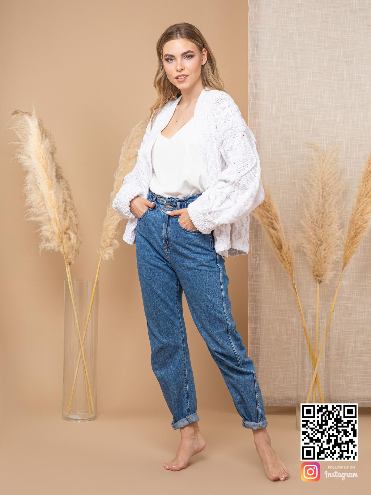 На пятой фотографии женский кардиган из хлопка с косами от Shapar, бренда вязаной одежды ручной работы в интернет-магазине связанных спицами вещей.