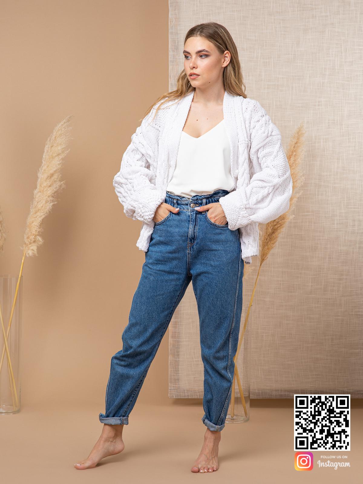 На третьей фотографии женский кардиган из хлопка белого цвета от Shapar, бренда вязаной одежды ручной работы в интернет-магазине связанных спицами вещей.