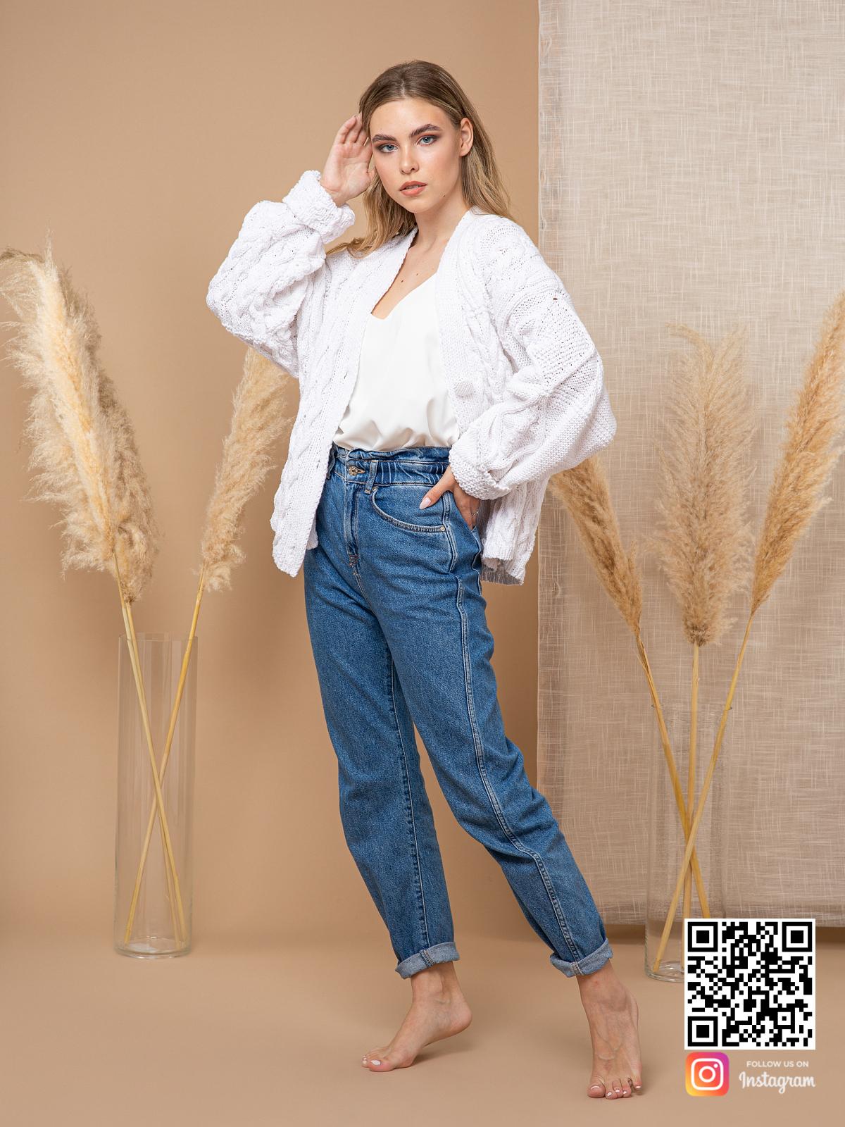 На четвертой фотографии белый кардиган из хлопка от Shapar, бренда вязаной одежды ручной работы в интернет-магазине связанных спицами вещей.