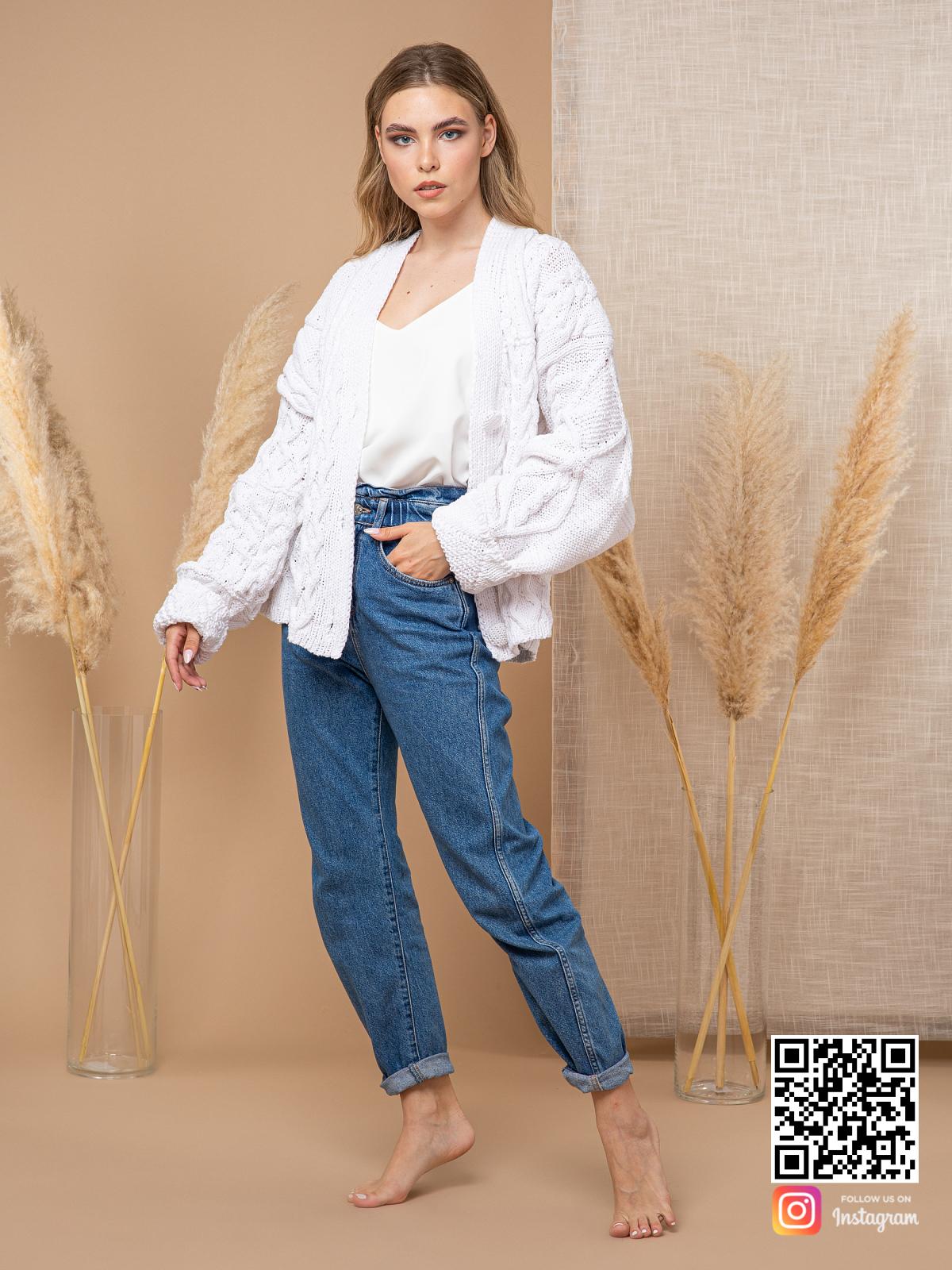 На фотографии женский кардиган из хлопка от Shapar, бренда вязаной одежды ручной работы в интернет-магазине связанных спицами вещей.