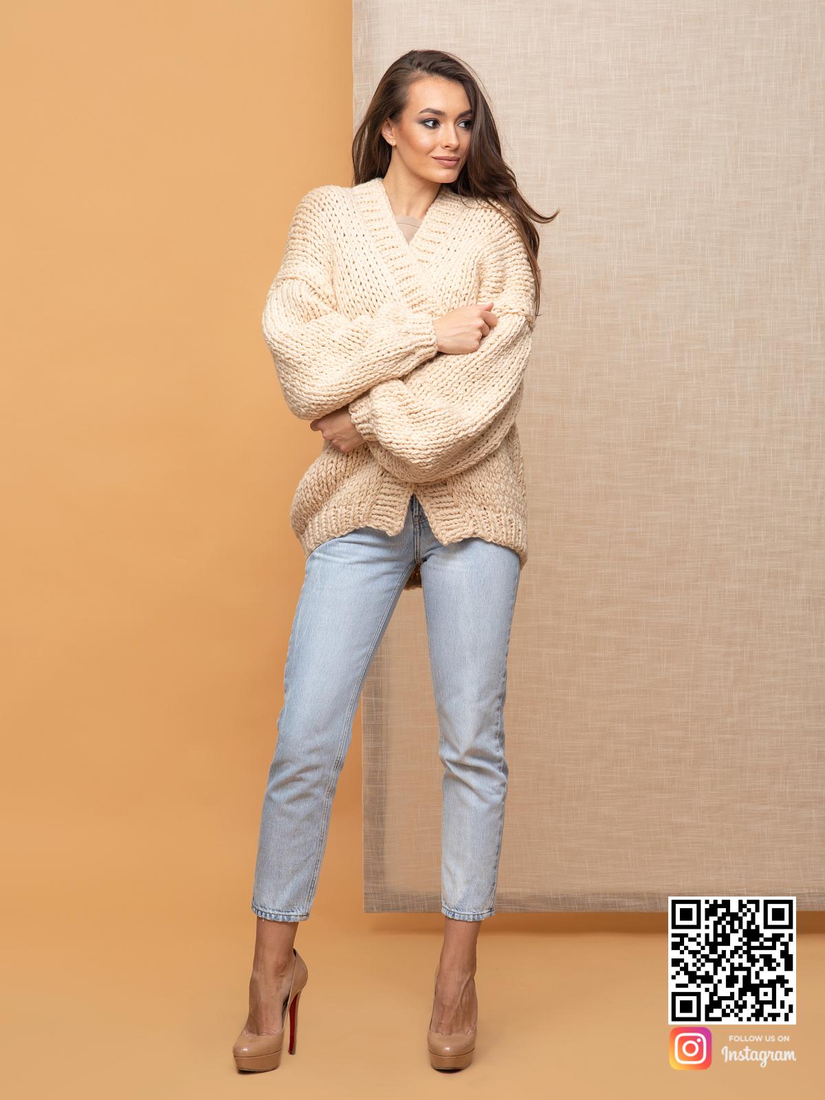 На четвертой фотографии короткий классический кардиган для девушек и женщин от Shapar, бренда вязаной одежды ручной работы в интернет-магазин связанных спицами вещей.