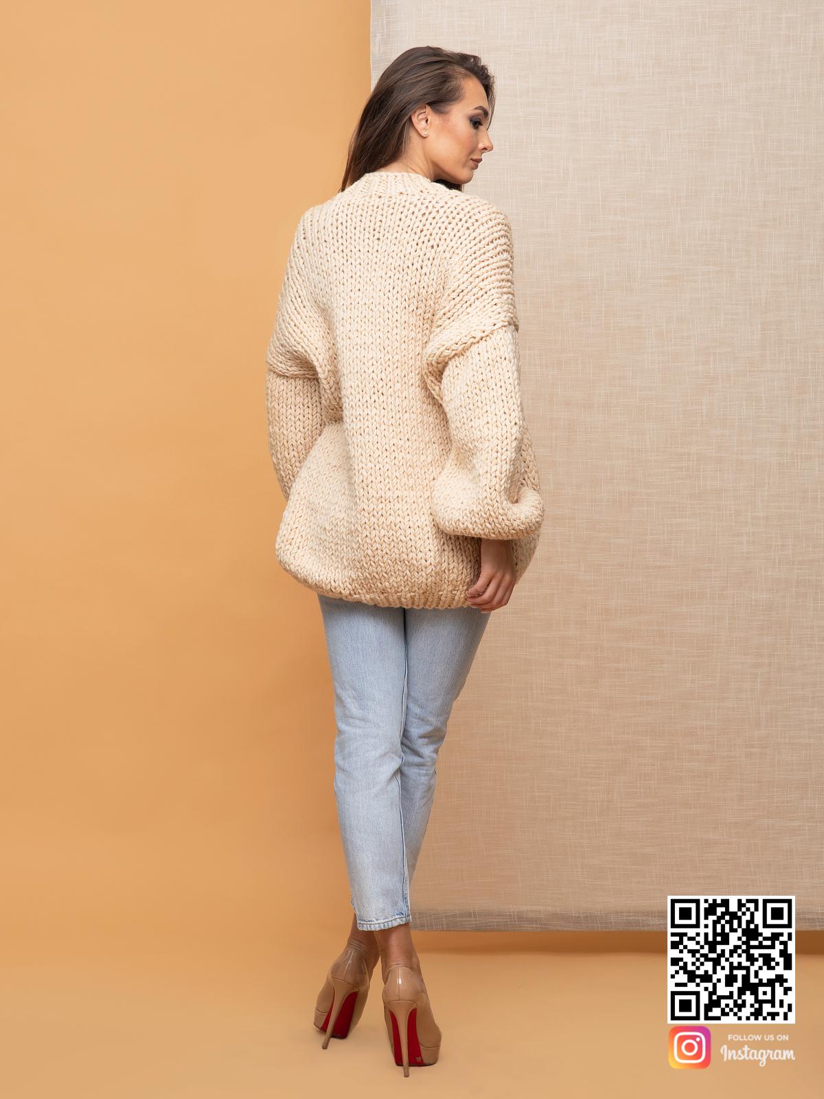 На второй фотографии кардиган классический женский со спины от Shapar, бренда вязаной одежды ручной работы в интернет-магазин связанных спицами вещей.