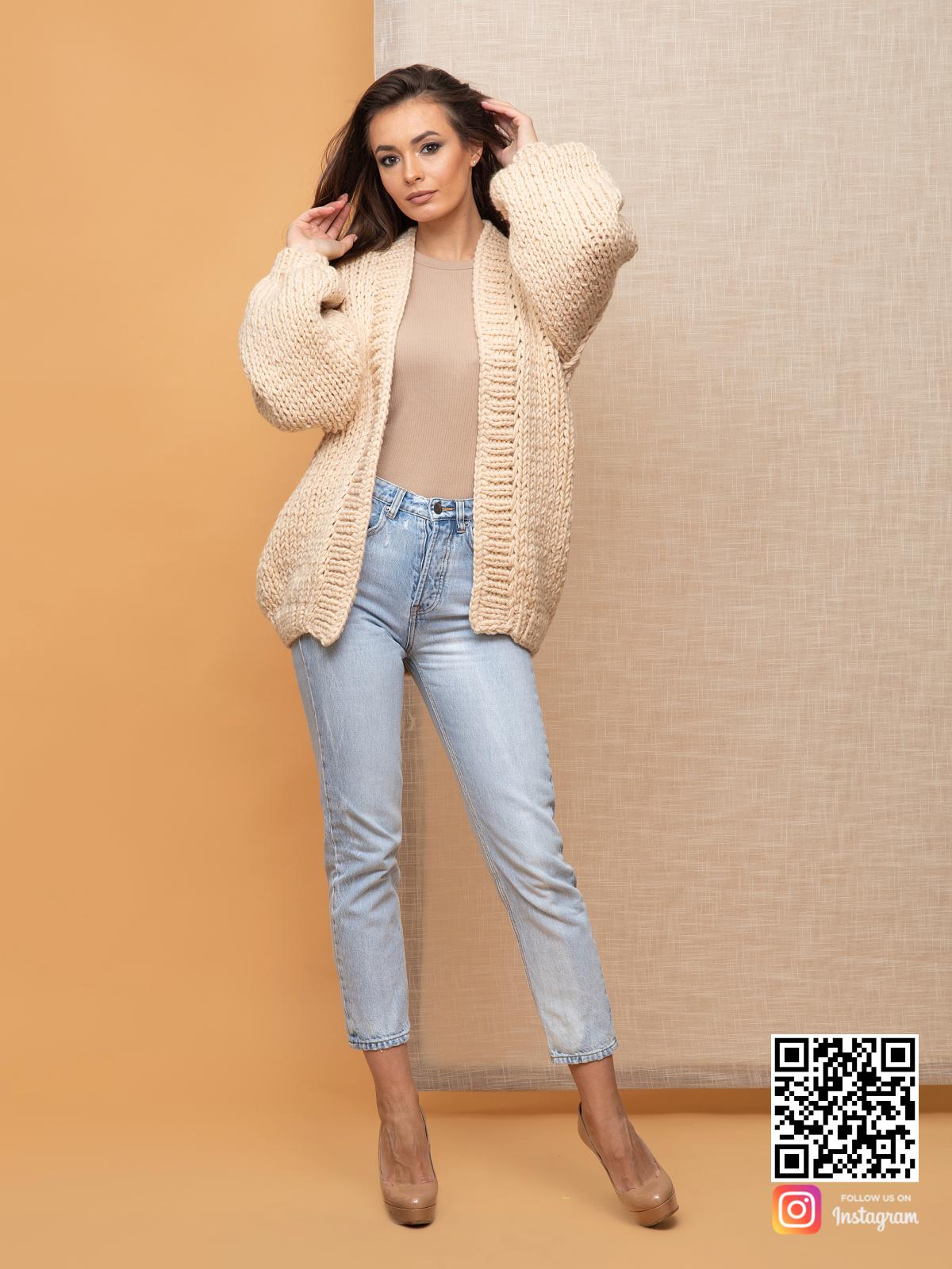 На пятой фотографии бежевый кардиган классический женский от Shapar, бренда вязаной одежды ручной работы в интернет-магазин связанных спицами вещей.