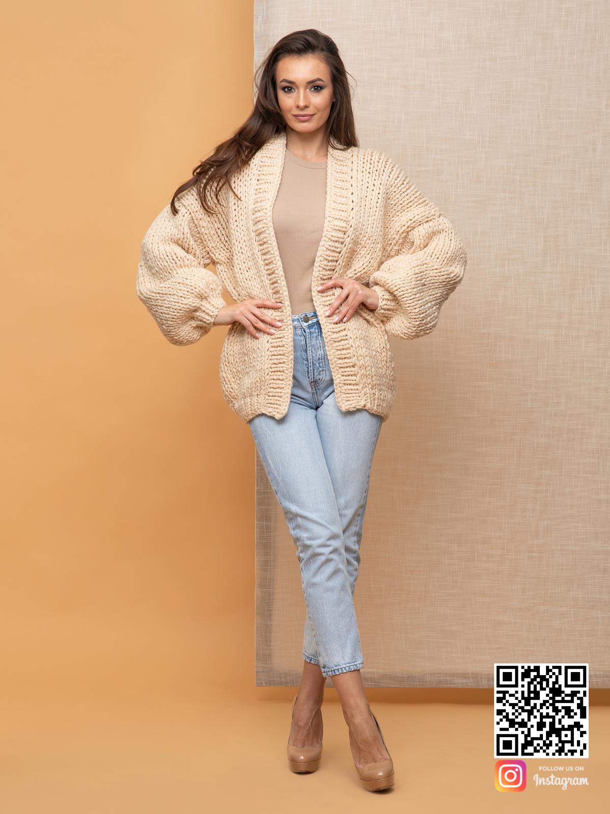 На фотографии кардиган классический женский от Shapar, бренда вязаной одежды ручной работы в интернет-магазин связанных спицами вещей.