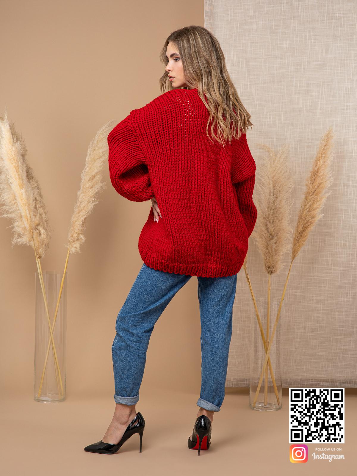 На пятой фотографии женский кардиган красного цвета крупной вязки от Shapar, бренда одежды ручной работы в интернет-магазине вязаных спицами вещей.