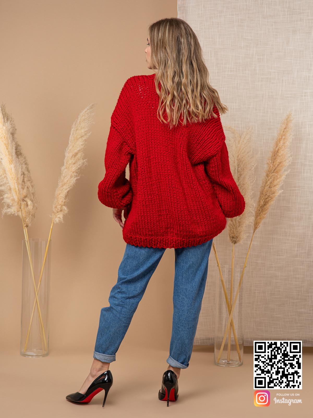 На второй фотографии женский кардиган красного цвета со спины от Shapar, бренда одежды ручной работы в интернет-магазине вязаных спицами вещей.