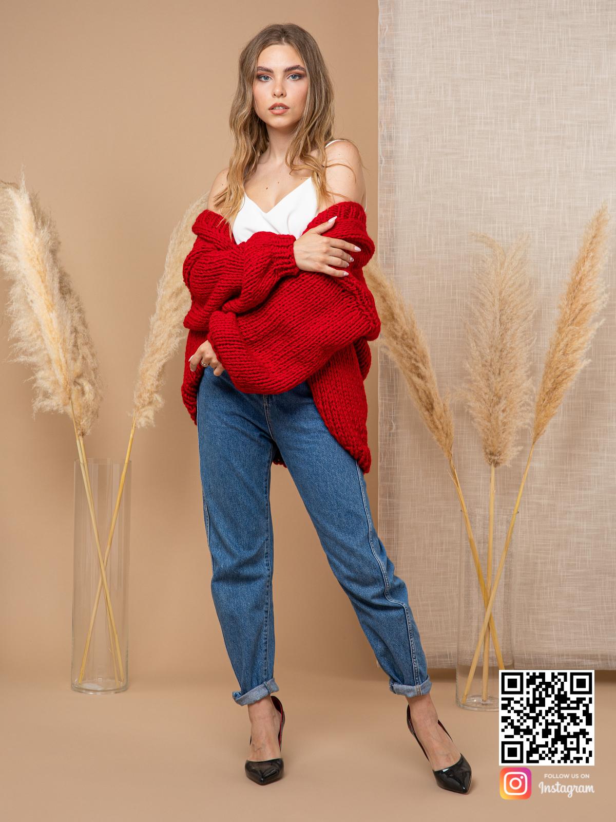 На четвертой фотографии короткий женский кардиган красного цвета от Shapar, бренда одежды ручной работы в интернет-магазине вязаных спицами вещей.
