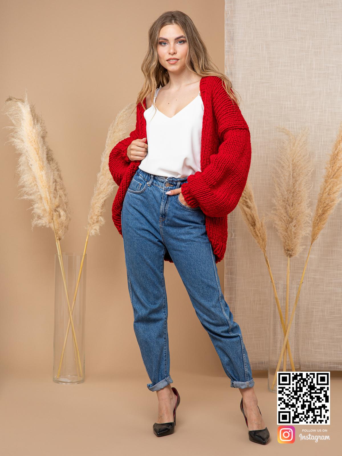 На фотографии женский кардиган красного цвета от Shapar, бренда одежды ручной работы в интернет-магазине вязаных спицами вещей.