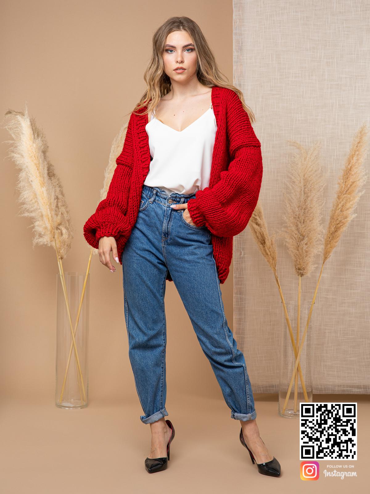 На третьей фотографии классический женский кардиган красного цвета от Shapar, бренда одежды ручной работы в интернет-магазине вязаных спицами вещей.