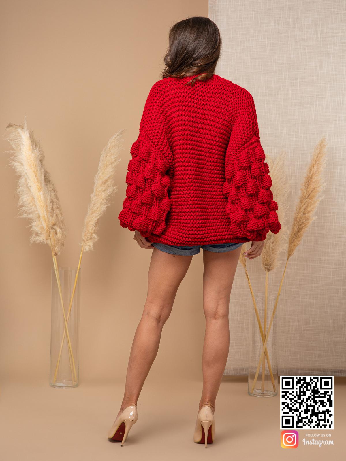 На второй фотографии женский красный кардиган со спины от Shapar, бренда вязаной одежды ручной работы в интернет-магазине связанных спицами вещей.