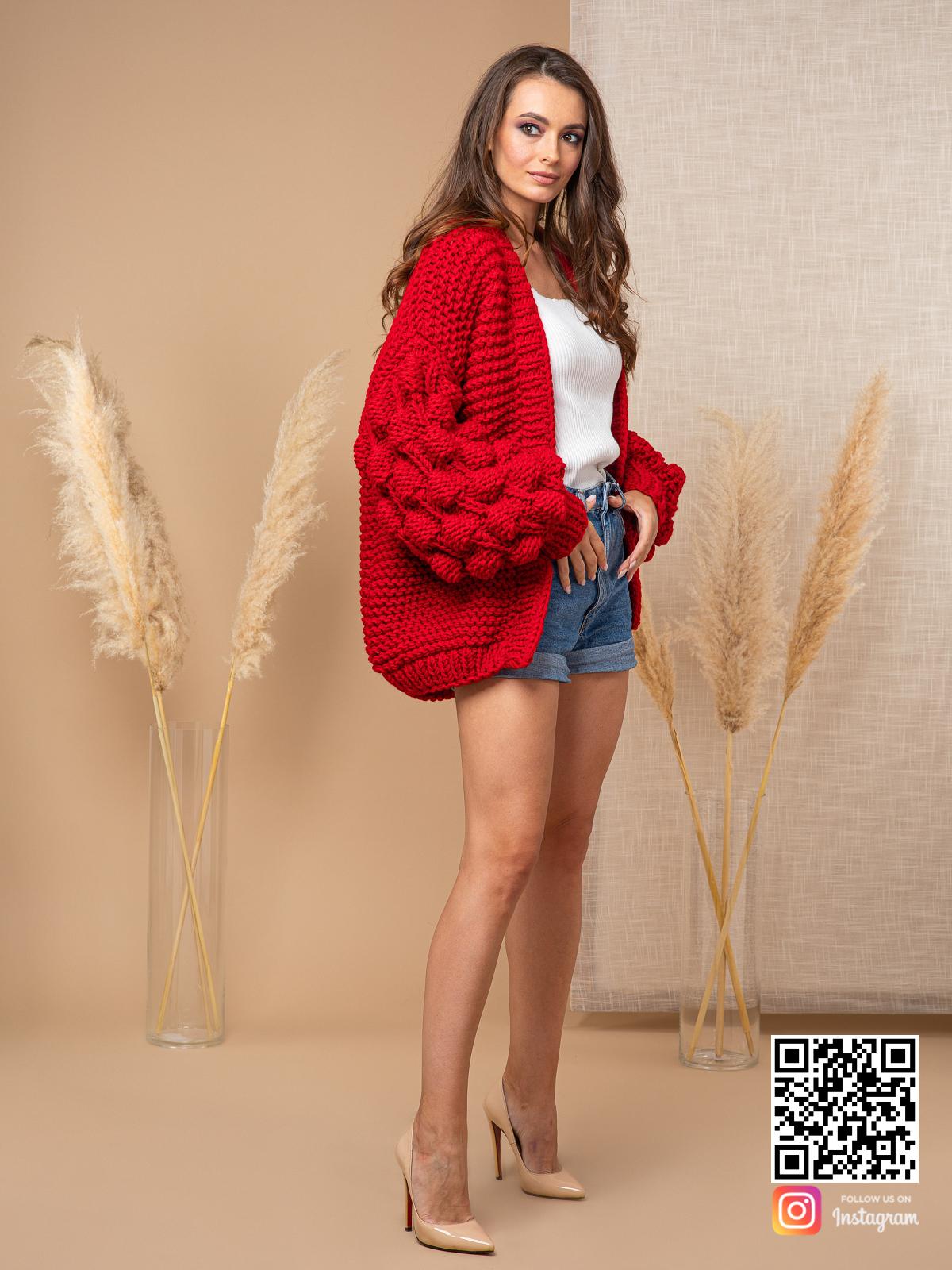 На четвертой фотографии женский красный кардиган с объемными рукавами от Shapar, бренда вязаной одежды ручной работы в интернет-магазине связанных спицами вещей.