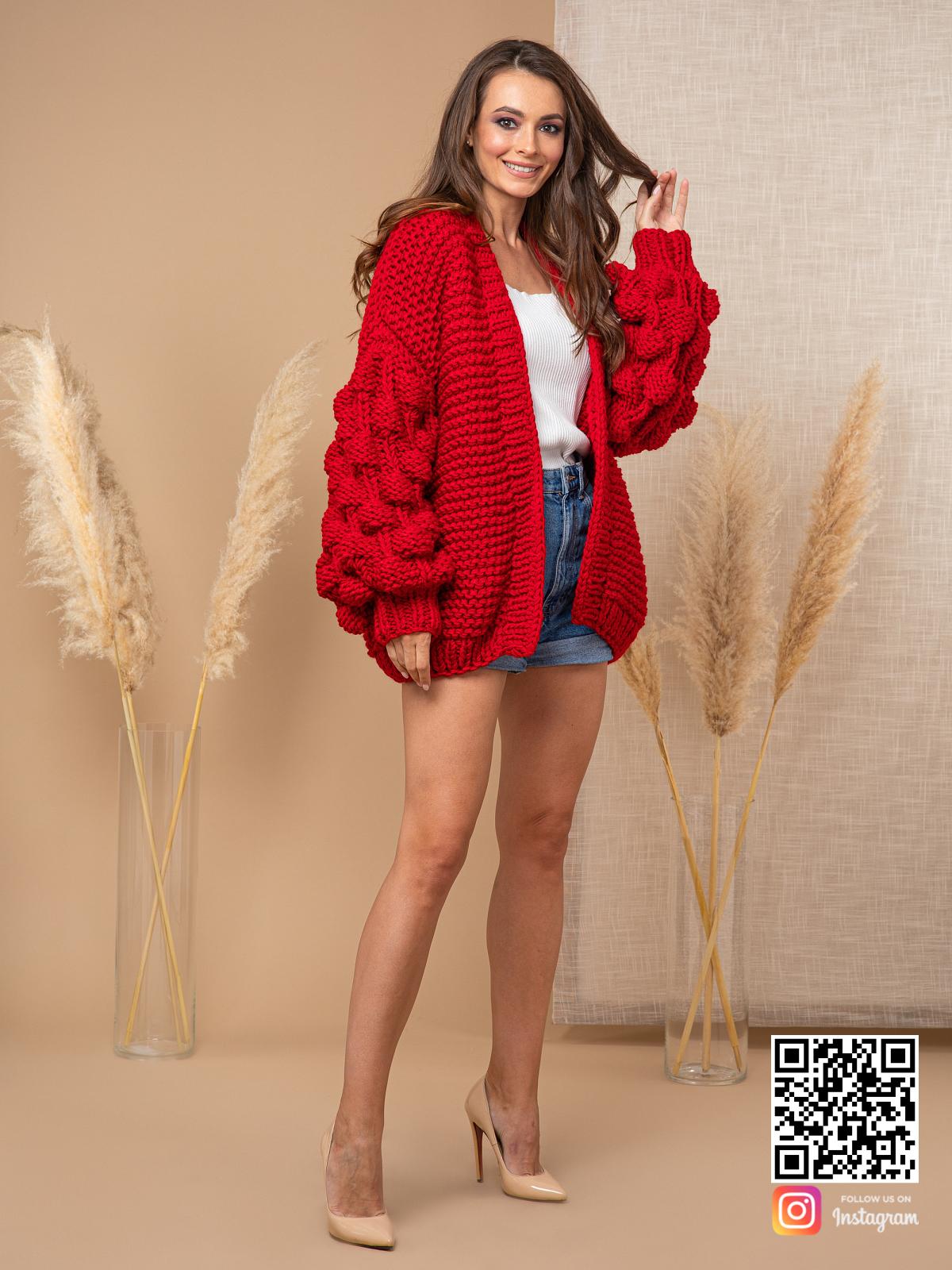 На шестой фотографии женский красный кардиган для модниц от Shapar, бренда вязаной одежды ручной работы в интернет-магазине связанных спицами вещей.
