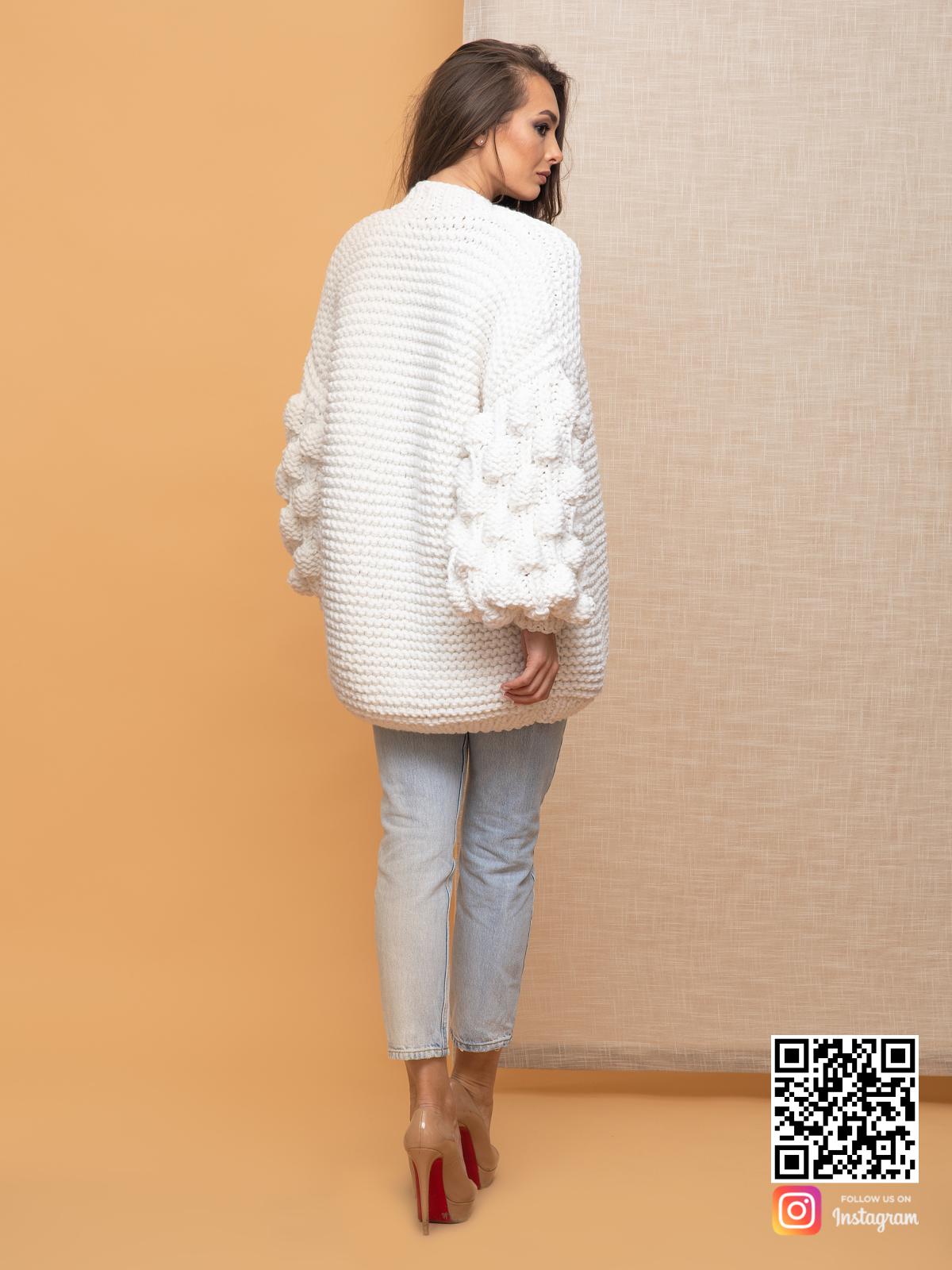 На второй фотографии женский кардиган на лето со спины от Shapar, бренда вязаной одежды ручной работы в интернет-магазине связанных спицами вещей.
