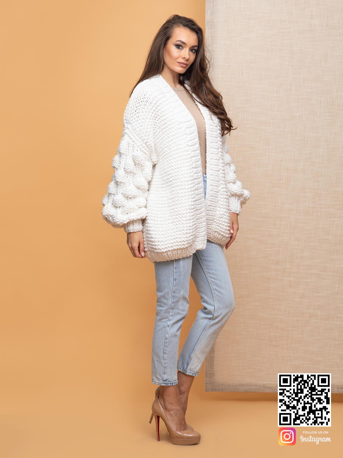 На третьей фотографии белый женский кардиган на лето от Shapar, бренда вязаной одежды ручной работы в интернет-магазине связанных спицами вещей.